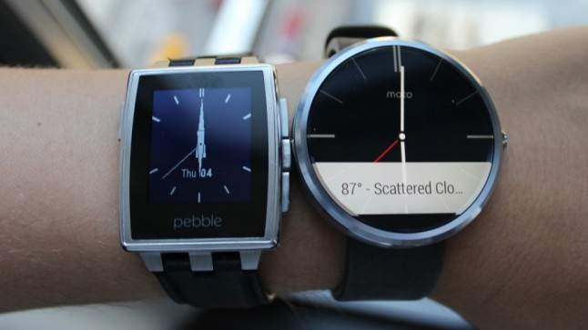 Pebble Steel ve Moto 360 (kaynak: techradar.com)